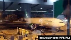 Самолет Туркменских авиалиний в аэропорту Пекина, февраль, 2020