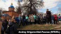 """Местные жители, собравшиеся на берегу озера Комсомольское 20 апреля после """"волонтеров"""", ангажированных администрацией."""