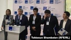 Алмазбек Атамбаев жана анын тарапкерлери КСДПнын жыйынынан кийинки басма сөз жыйынында. 6-апрель, 2019-жыл.
