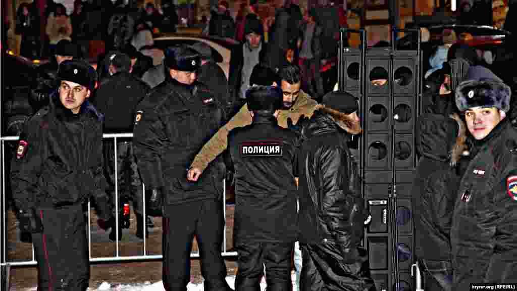 Поліція огородила площу металевим парканом. Крім рамок металодетекторів всіх молодих чоловіків поліцейські обшукували і вимагали показати вміст сумок і рюкзаків