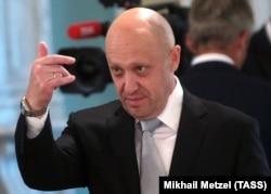 """""""Повар Путина"""" Евгений Пригожин, который, по данным """"Фонтанки"""", курирует выполнение группировкой Вагнера задач по охране нефтяных месторождений в Сирии и получает за это до 25% от стоимости соответствующих контрактов"""