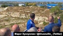 Заступник голови уряду Росії Марат Хуснуллін в оточенні місцевих чиновників у Криму, 27 липня 2020 року