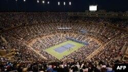 Аншлаг на центральному корті імені Артура Еша на фінальному матчі 2012 року між британцем Енді Марреєм і сербом Новаком Джоковичем