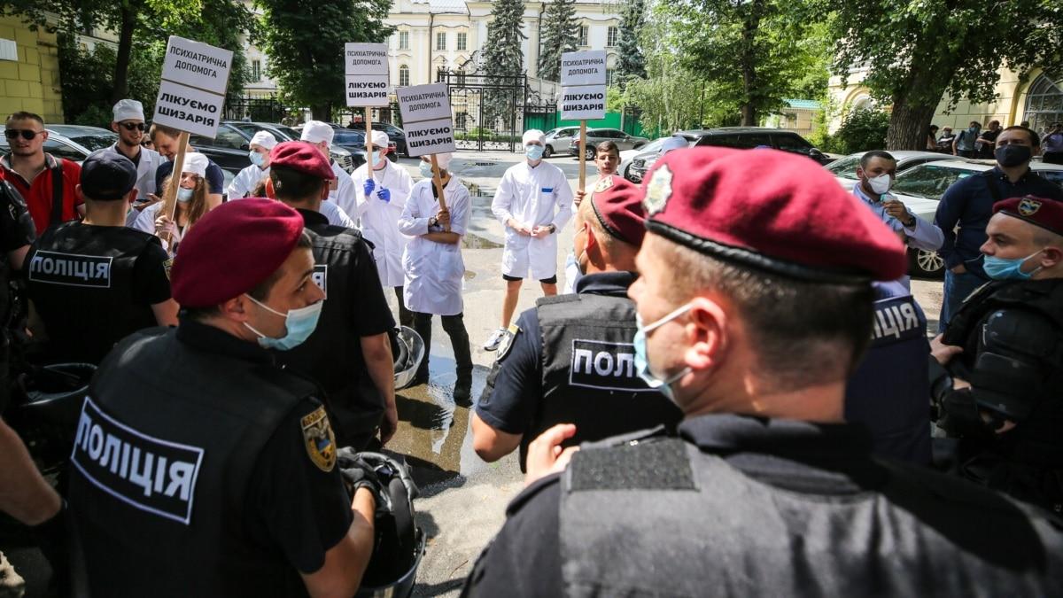 «Для Украины это маргинализация политики» - политтехнологи о столкновениях «Партии Шария» и «Нацкорпусу»