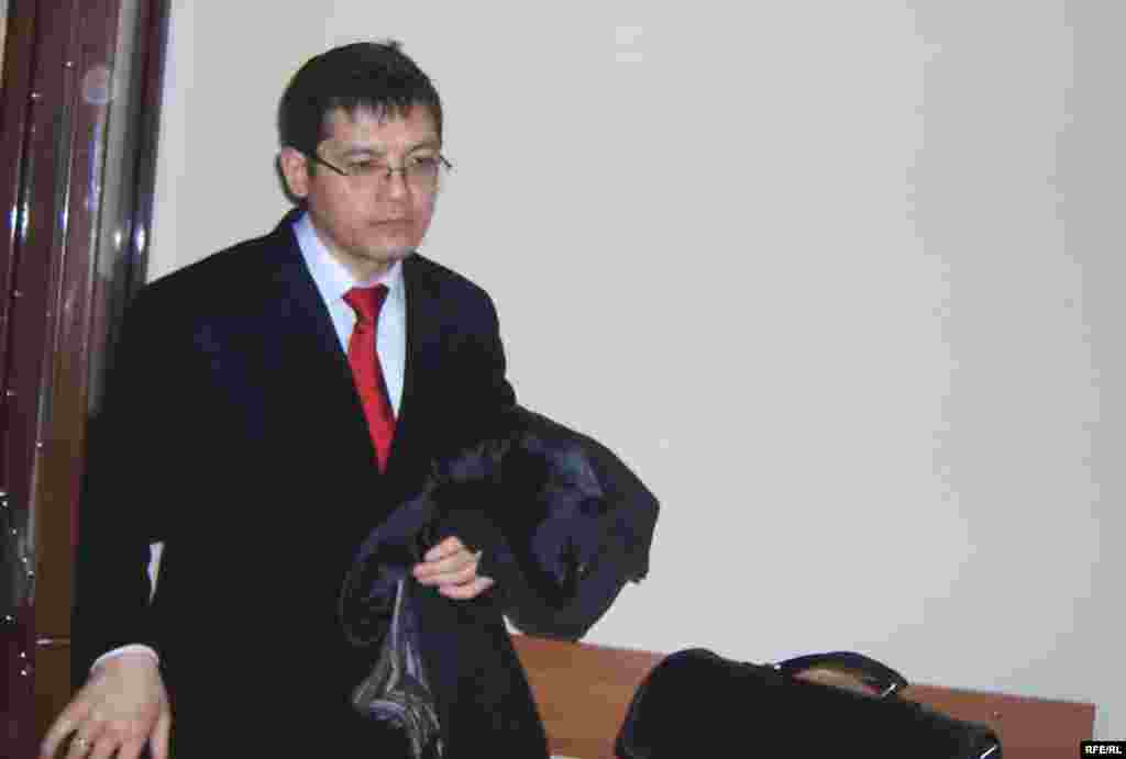 """Адвокат Сәлімжан Мусин Жаксыбек Күлекеевтің сотында. Астана, 7 қараша 2008 жыл. - Сәлімжан Мусин, """"Қазақстан темір жолы"""" компаниясының бұрынғы президенті Жақсыбек Күлекеевті пара алған деген айып бойынша ақтап шыққан адвокат. Қазіргі таңда ол қудалаудағы кәсіпкер Мұхтар Әблязовтың қорғаушысы. Ақпан айының басында Әблязовты БТА банкі үкіметтің бақылауына өткен соң банктің директорлар кеңесінің төрағасы қызметінен айырды. Кейіннен Әблязовқа және банктің басқа да топ-менеджерлеріне қарсы сыбайласқан жемқорлық айыптары бойынша қылмыстық істер қозғалды."""