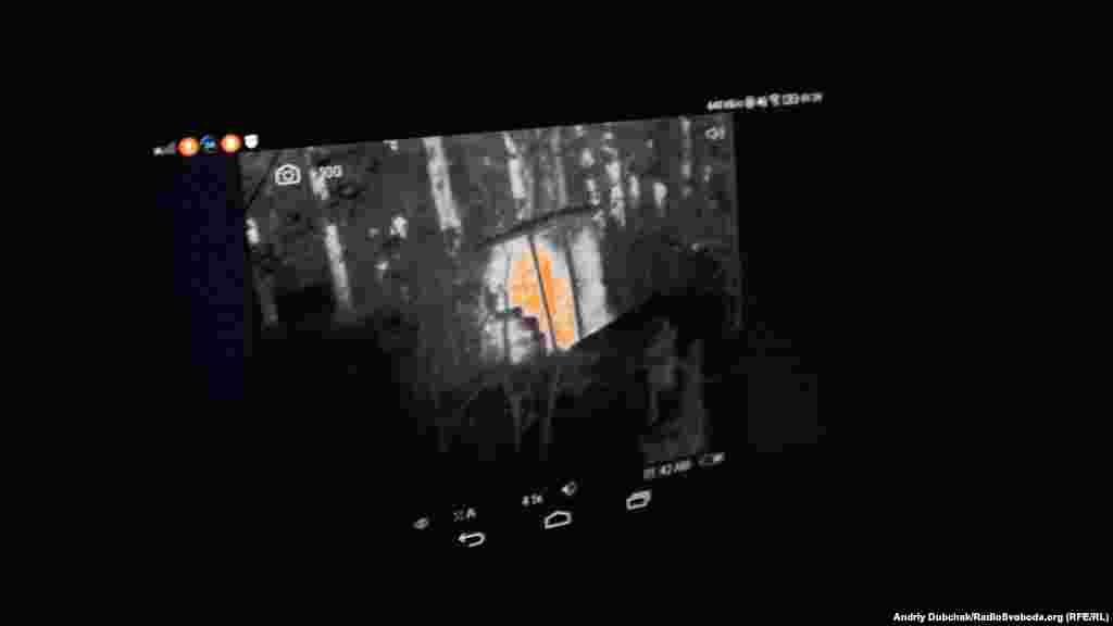 Экран тепловизора. На нем видно здание, которое набрало тепла в течение дня и отдает его ночью (красные и белые пятна на экране)