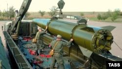 """Военнослужащие заряжают ракету на установке """"Искандер-М"""" во время учений в Астраханской области, май 2015 года"""