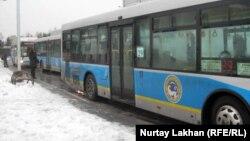 Райымбек метро бекетінде жолаушы күтіп тұрған автобустар. Алматы, 28 ақпан 2012 жыл.