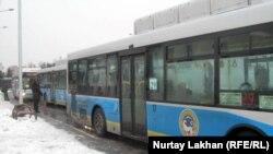 """Автобусы на станции """"Райымбек"""" в Алматы ждут пассажиров."""