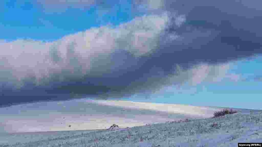 Довга хмара ковзає пагорбом Субаткан-яйли
