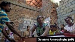 Родственники одной из жертв взрыва в церквях Шри-Ланки.
