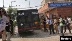 Полиция күнөөлөнгөн төрт кишини сот залына алып кирүүдө, 10-сентябрь, 2013
