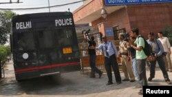 Жыныыстық қылмыс айыбы тағылған төрт адам отырған полиция көлігі сот ауласына кіріп барады. Дели, Үндістан, 10 қыркүйек 2013 жыл.
