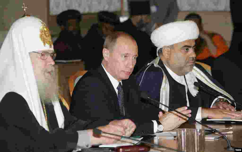 Aleksy II, President Putin, and the head of the Caucasus Muslims Directorate Allakhshukyur Pasha-Zade.
