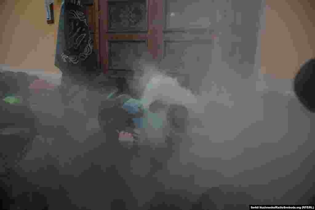 «Біля Жовтневого палацу учасники акції кидали петарди, застосували піротехніку, намагаючись прорватися всередину палацу, вчинили штовханину з правоохоронцями, пошкодили двері будівлі. На той момент у будівлі перебувало близько 800 глядачів, зокрема і діти», – інформує сайт МВС