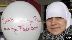 Мусульманка в головном платке во время акции протеста в Бельгии, 2011 год