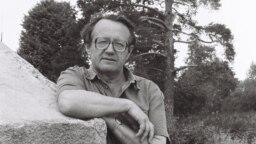 Белорусский писатель Алесь Адамович, архивное фото