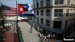 Американский и кубинский флаги над террасой ресторана в Гаване. 17 марта 2016 года.