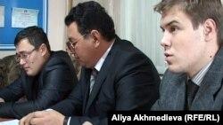 Бывшие кандидаты в депутаты городского маслихата Талдыкоргана Баниамин Файзулин, Михаил Пак и Альфред Малиновский проводят пресс-конференцию. Талдыкорган, 27 декабря 2011 года.