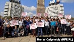 Участники завершившегося в Алматы «Народного собрания» на площади Республики. 7 сентября 2019 года.