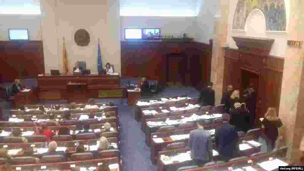 МАКЕДОНИЈА - Собранието ја изгласа потребата за донесување на закон за ратификација на договорот за името. Пратениците на ВМРО-ДПМНЕ ја напуштија седницата и најавија дека нема да учествуваат во ратификацијата. Демонстрантите пред Собранието побараа да не се усвојува Договорот, а пратениците од опозицијата да поснесат оставки и да им се придружат на протестот. Мицкоски ги прими демонстрантите и им кажа дека неговите пратеници нема да излезат на улица туку ќе дејствуваат од Собранието.