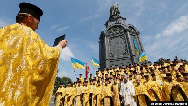 Священики біля пам'ятника Київському князю Володимиру під час відзначення 1030-річчя хрещення Русі-України. Київ, 28 липня 2018 року