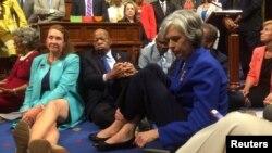 Demokratët gjatë protestës në Dhomën në Përfaqësesve