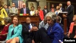 Сидячая забастовка депутатов палаты представителей конгресса США от Демократической партии, требующих провести голосование по проекту о контроле за продажей оружия. Вашингтон, 22 июня 2016 года.