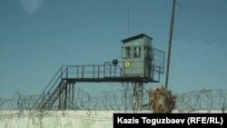Сторожевая вышла и колючая проволока вдоль ограждения тюрьмы.