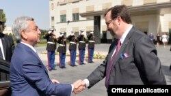 АРмения -- Президент Армении Серж Саргсян (слева) поздравляет посла США в Армении Ричарда Миллза с Днем независимости США, Ереван, посольство США, 4 июля 2017 г.