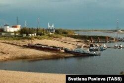 Суда у берега обмельчавшей реки Лены 3 сентября 2019 года. Фото: ТАСС