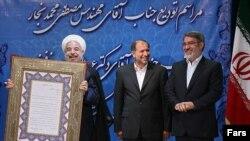 حسن روحانی روز دوشنبه در مراسم معارفه رحمانی فضلی (نفر اول از راست) به عنوان وزیر جدید کشور شرکت کرد.