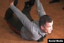Рашид Нургалиев снимает стресс, занимаясь йогой
