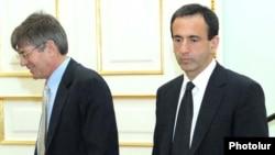 ԱՄՆ պետքարտուղարի տեղակալներ Ջեյմս Սթայնբերգը եւ Ֆիլիպ Գորդոնը Երեւանում, 23-ը փետրվարի, 2011