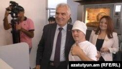 Посол ЕС в Армении Петр Свитальский в инклюзивной хлебопекарне в Гюмри