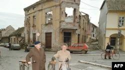 Prizor iz 1991. godine. Civili u razrušenom Vukovaru