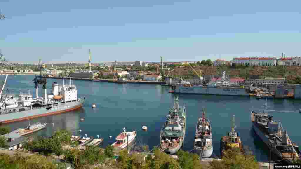 Военные корабли и вспомогательные судна в Южной бухте