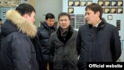 Главный обвиняемый в коррупции при модернизации ТЭЦ Сапар Исаков (справа) на ТЭЦ Бишкека в январе 2017 года.