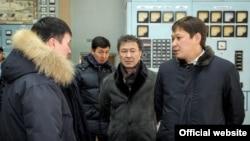 Главный обвиняемый в коррупции при модернизации ТЭЦ Сапар Исаков (справа) на ТЭЦ Бишкека на следующий день после аварии. 27 января 2017 года.
