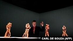 "Пол Дэй ўзининг ""Учрашув жойи"" деб номланган асари модели қаршисида, 14 февраль, 2007 йил"