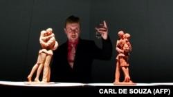 Белгилүү британиялык скульптор Пол Дэй өз эмгегинин жанында