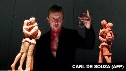 Британский скульптор Пол Дэй напротив своей скульптуры «Место встречи»