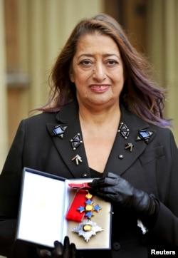 Заха Хадид с медалью Ордена Британской империи
