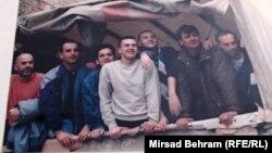 Mirzo Ćemalović (prvi s lijeva), uslikan na proljeće 1994. godine u kamionu Međunarodnog komiteta Crvenog križa, u trenutku dok su logoraše puštali iz logora HVO-a.