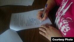 Участники акции протеста подписывают договор о найме жилья