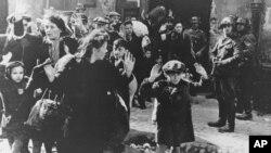 Немцы выводят группу евреев с территории Варшавского гетто в день начала восстания, 19 апреля 1943 года