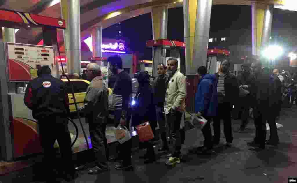 صف در برابر پمپ بنزین؛ تهران.