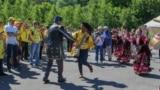 Колумбия җанатарлары Айдар Фәйзрахманов ансамбле белән бии