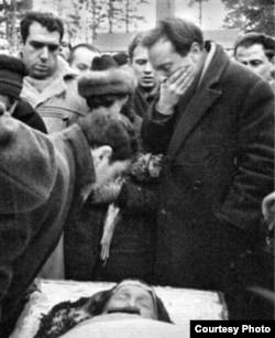 Е.Рейн, А.Найман, Д.Бобышев, И.Бродский на похоронах Анны Ахматовой, 1966.