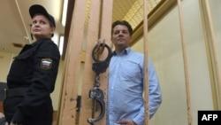 Роман Сущенко у залі суду в Москві на одному з попередніх засідань
